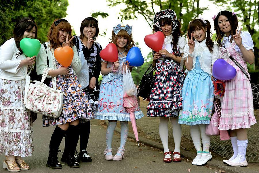Le mode in Giappone non hanno confini ed ognuno nel tempo libero può  indossare quello che gli pare senza dover sentire il peso dele critiche  della società.