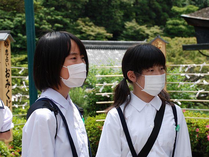 Due ragazze giapponesi con la mascherina