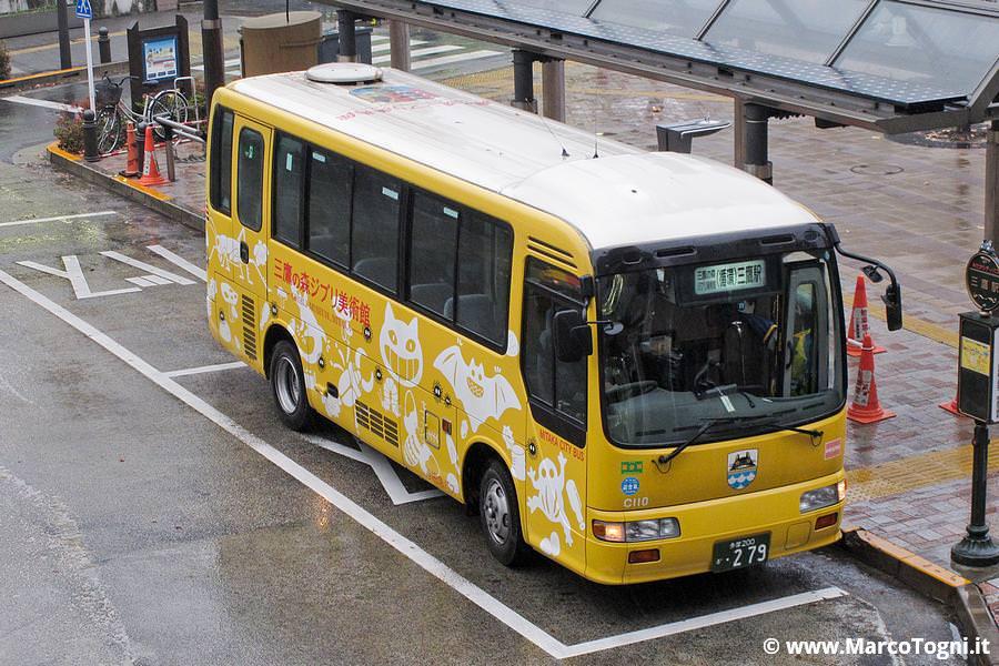 Autobus decorato che porta al museo Ghibli